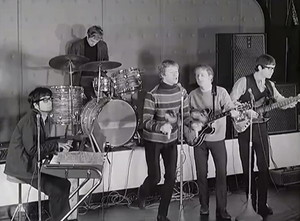 Manfred Mann, late 1964, with two small box AC50s